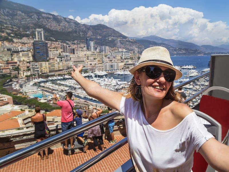 """Monaco Frankrike †""""Juli 24, 2017: Turist- flicka som har gyckel på dubbeldäckarebussen (turnera den öppna överträffade bussen), arkivfoton"""