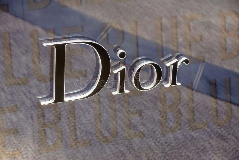 Monaco Frankrike - September 10, 2017 Tecken och logo för Dior kläderlager Dior är ett berömt märkeskläderlager arkivfoton