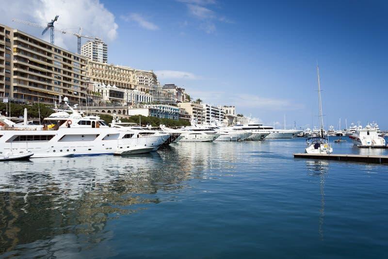Monaco-Hafen mit Luxusbooten lizenzfreie stockfotos