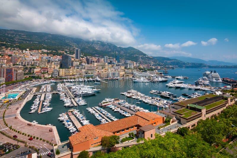 Monaco-Hafenlandschaft Port-Hercule mit Booten, Yachten und Kreuzschiff lizenzfreies stockbild