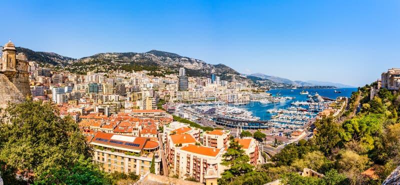 Monaco horisontsikt av den Hercules porten med byggnadstakblast och åtskilliga yachter på skjulet D 'Azur French riviera arkivfoton