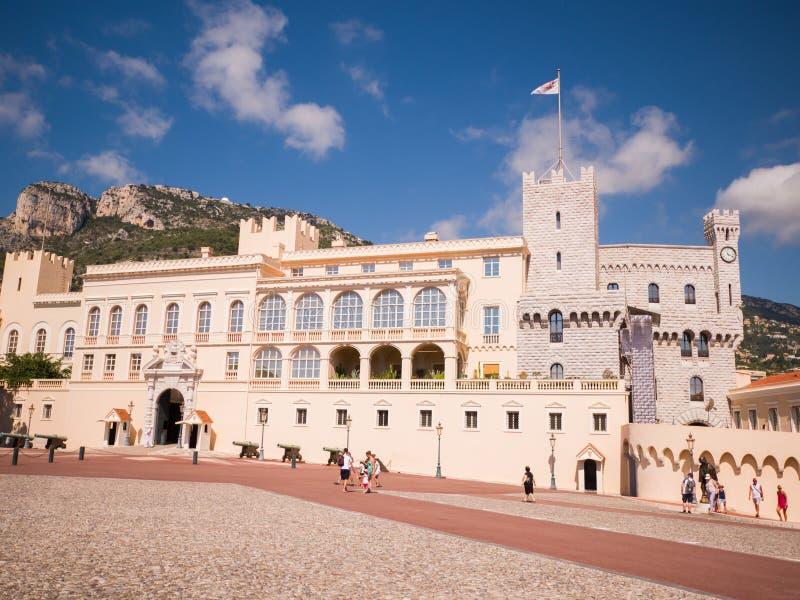 Monaco Monte - carlo - Augusti 10, 2018: Yttre sikt av slotten - officiell uppehåll av prinsen av Monaco Det är en av arkivbilder