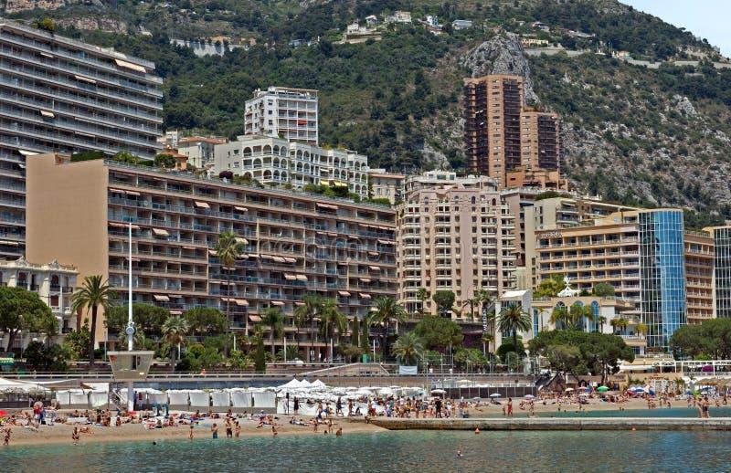Monaco, Monte, Carlo budynki od miasto plaży - zdjęcie stock