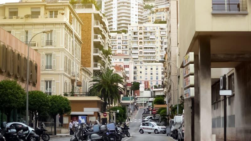Monaco nationsflaggor mot hamn med den lyxiga yachtklubban, lopp till Frankrike royaltyfria foton