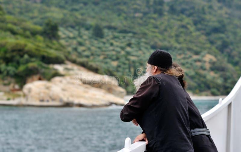 Monaco s su un traghetto mentre andando al monastir fotografie stock