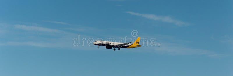 MonarkAircraf landning royaltyfria foton
