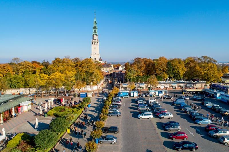 Monastério e peregrinos de Jasna Gora em Czestochowa, Polônia Silhueta do homem de negócio Cowering imagens de stock