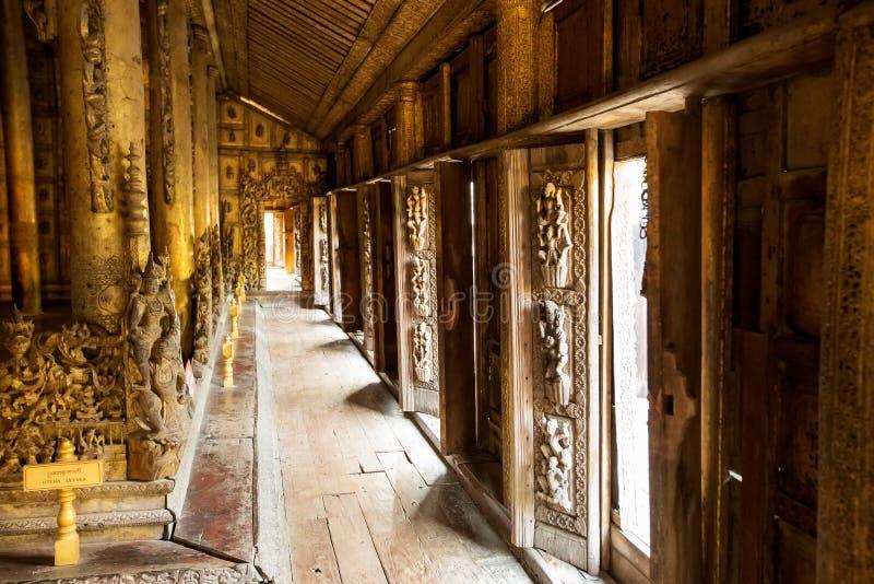 Monastère antique de teck de Shwenandaw Kyaung à Mandalay images stock