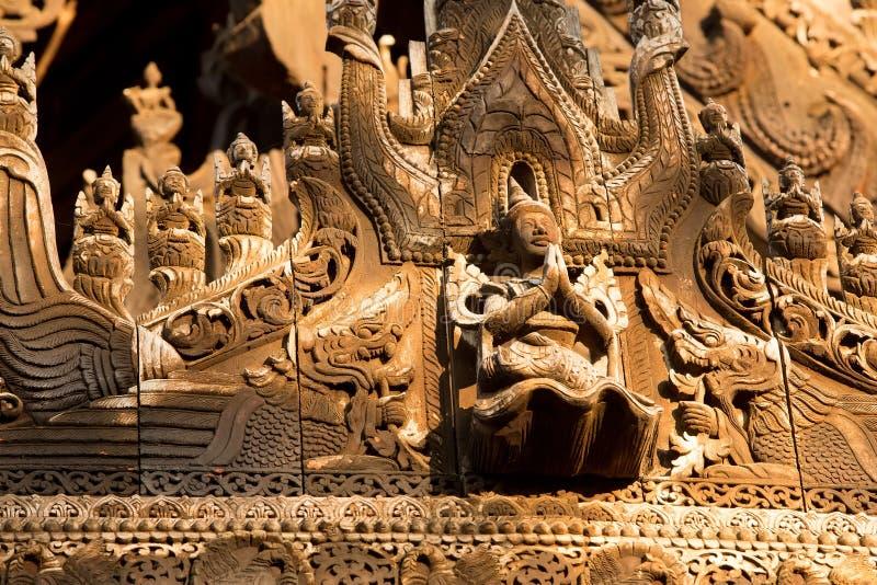 Monastère antique de teck de Shwenandaw Kyaung à Mandalay, Myanmar photographie stock