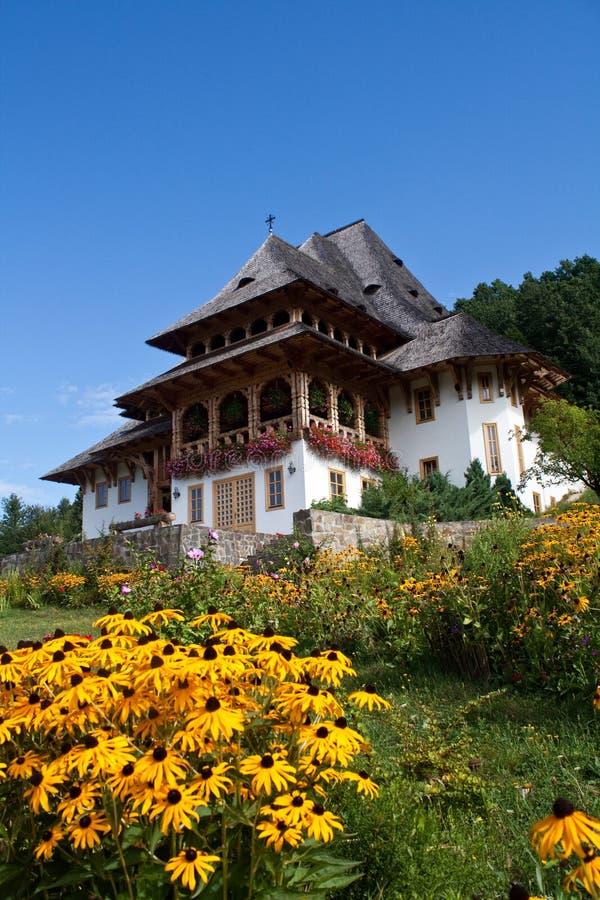 Monastère avec des fleurs photo stock