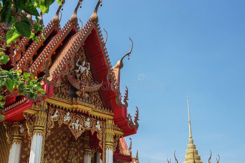 Monastère bouddhiste décoré dans le temple avec le ciel bleu photographie stock libre de droits