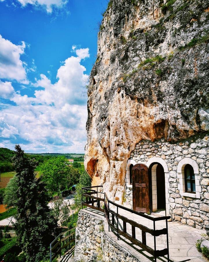 Monastère de Basarbovo au printemps image stock
