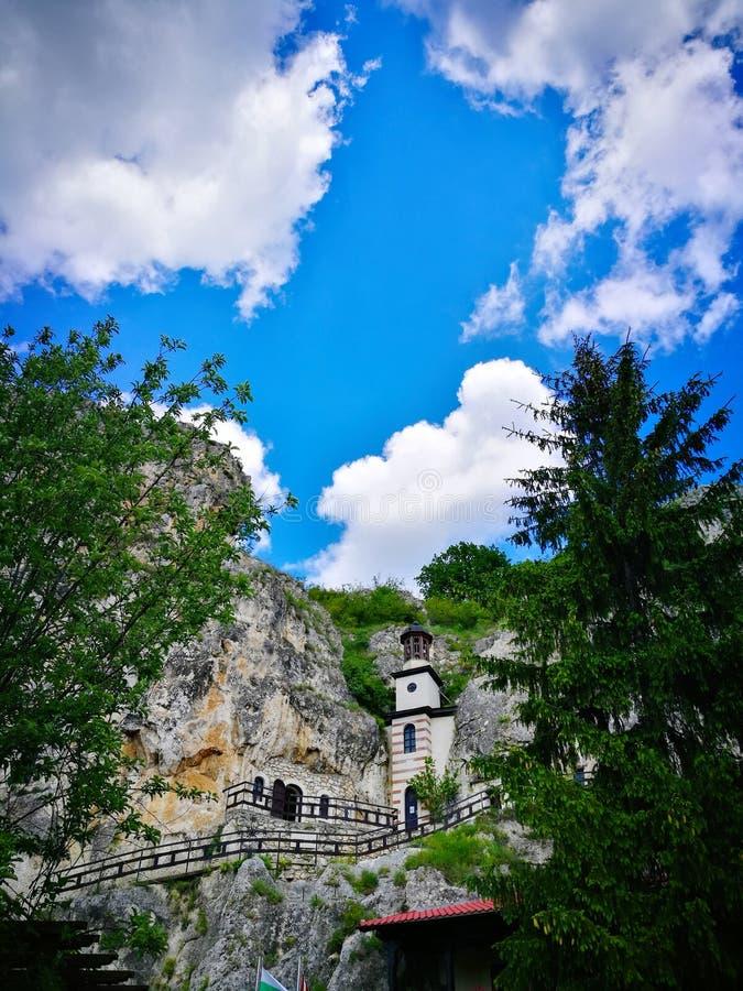 Monastère de Basarbovo au printemps images stock