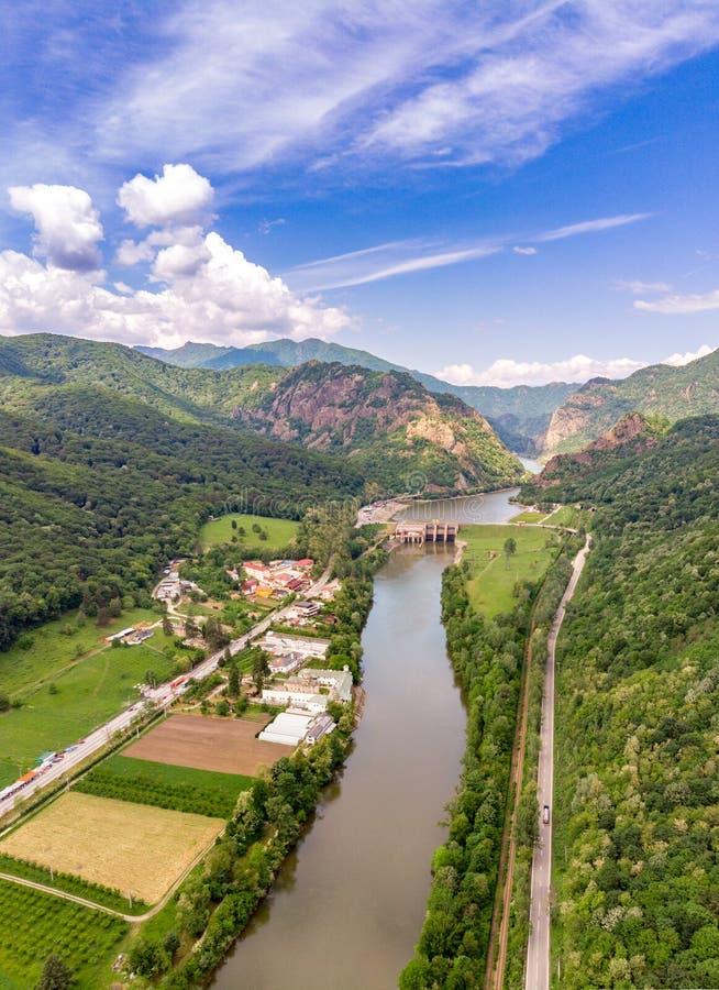 Monastère de Cozia et vallée d'Olt près de Calimanesti et de Caciulata, R images stock