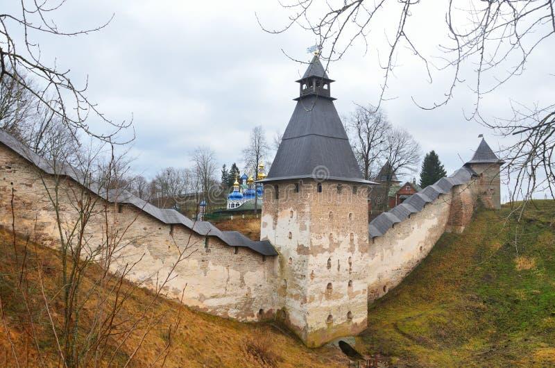 Monastère de Svyato-Uspenskiy Pskovo-Pecherskiy par temps nuageux Russie images libres de droits