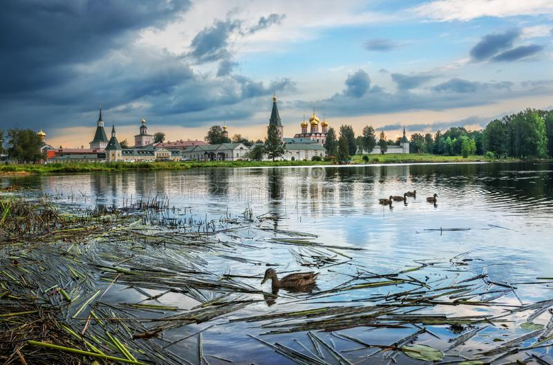 Monastère et canards de Versky photographie stock libre de droits