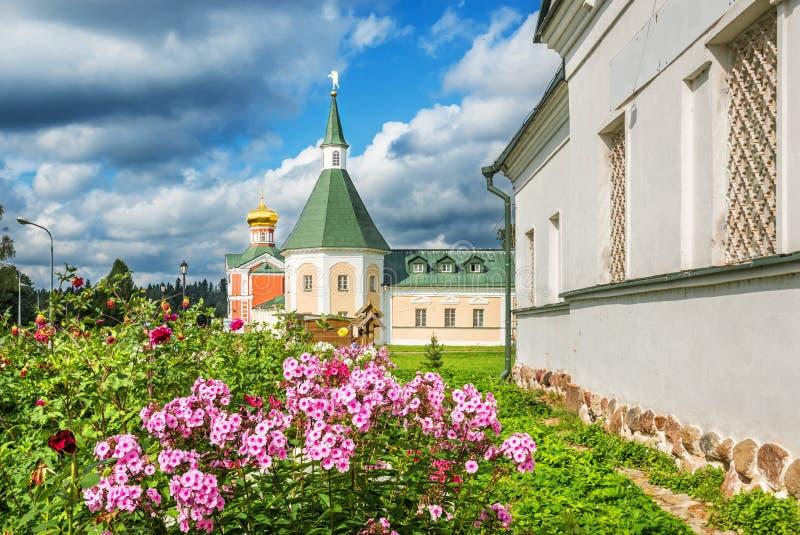 Monastère et fleurs d'Iversky photo libre de droits