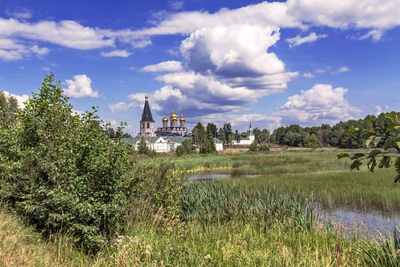 Monastère parmi des lacs et des forêts images stock