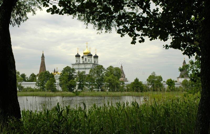 Monastère sur le lac photographie stock libre de droits