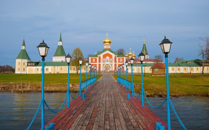 Monastère sur le lac Valdai photographie stock
