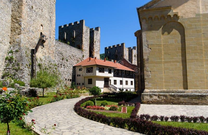 Monastério antigo de Manasija na Sérvia, construída no século XV fotografia de stock