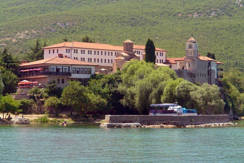 Monastério antigo no banco do lago imagens de stock