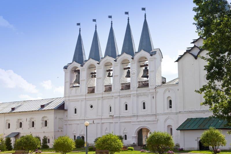 Monastério da suposição de Tikhvin, um russo ortodoxo, (região de Tihvin, de St Petersburg, Rússia) foto de stock