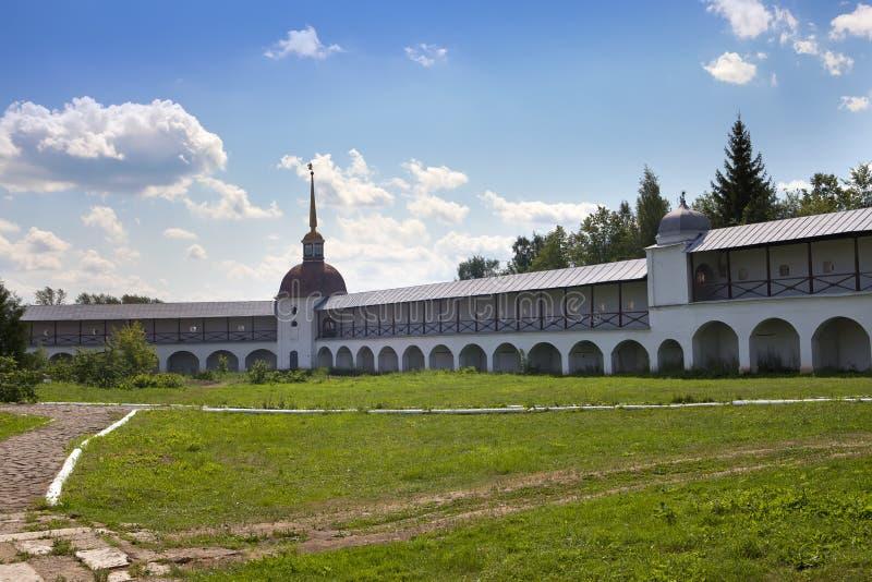 Monastério da suposição de Tikhvin, um russo ortodoxo, (região de Tihvin, de St Petersburg, Rússia) imagem de stock