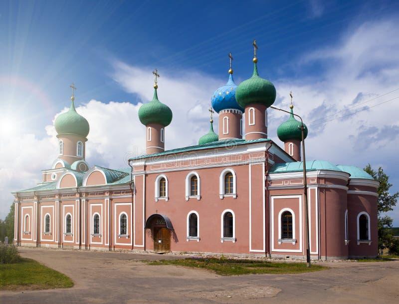 Monastério da suposição de Tikhvin, um russo ortodoxo, Tihvin, região de St Petersburg, Rússia imagens de stock royalty free