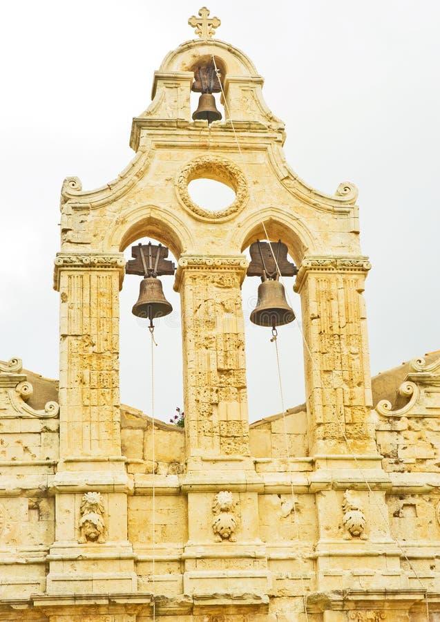 Monastério de Arkadi: Detalhe do Frontage com sinos. imagens de stock