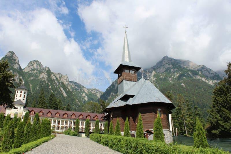 Monastério de Caraiman em Romênia entre montanhas fotos de stock royalty free