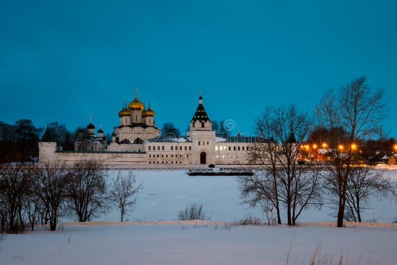 Monastério de Ipatiev em Kostroma, Rússia na noite imagem de stock