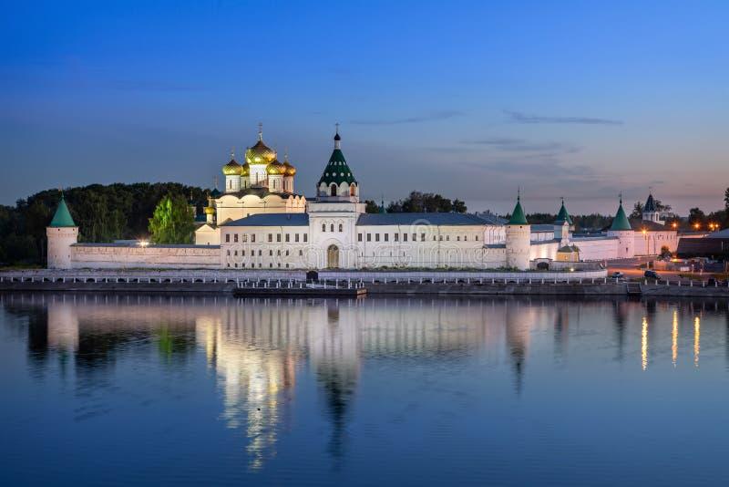 Monastério de Ipatiev que reflete na água no crepúsculo, Kostroma imagens de stock