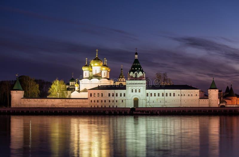 Monastério de Ipatievsky na noite imagem de stock royalty free