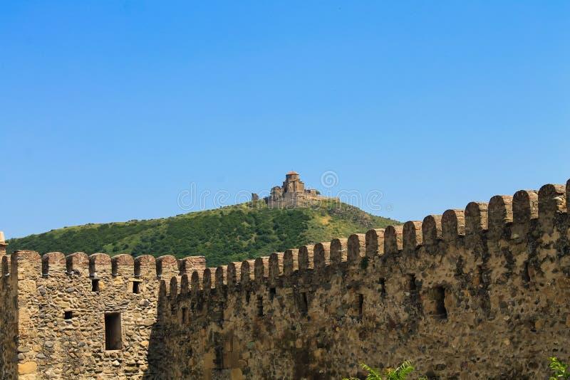 Monastério de Jvari sobre o a parede da fortaleza fotos de stock
