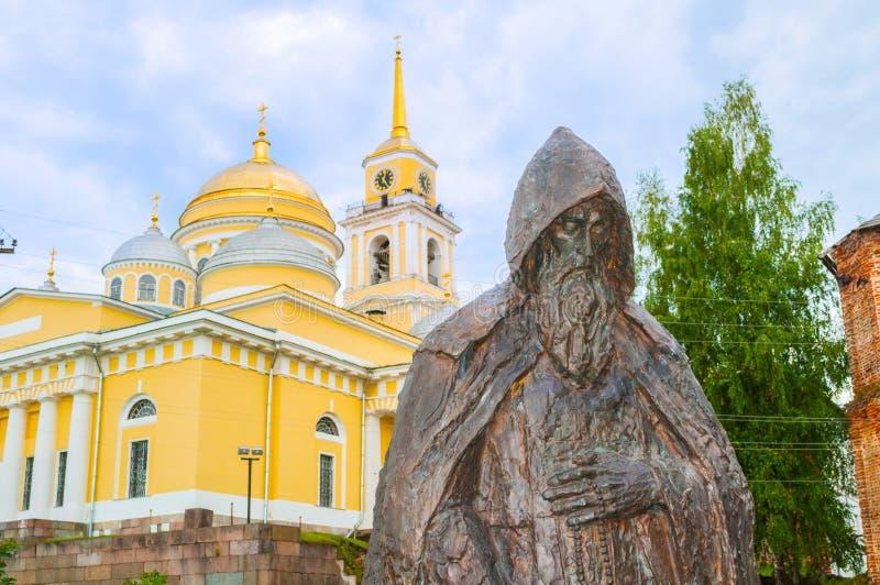 Monastério de Nilo-Stolobensky na região de Tver Monumento ao Rev Nada contra o contexto da catedral do esmagamento fotografia de stock