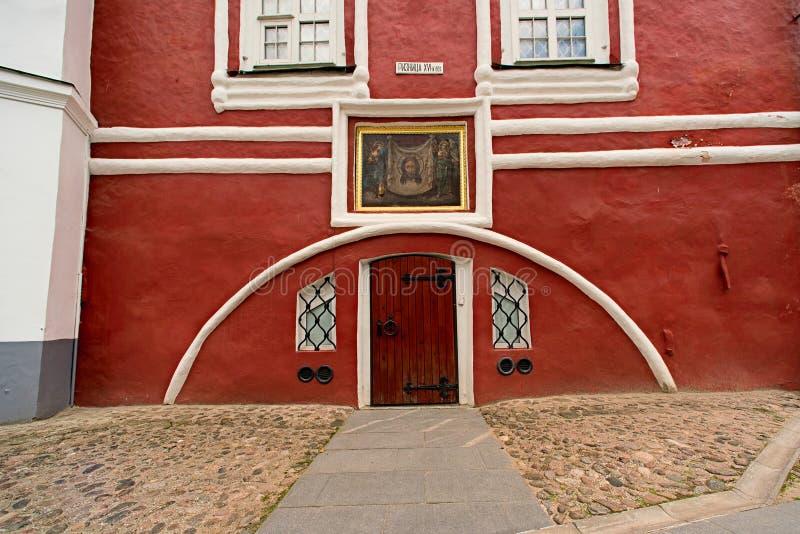 Monastério de Pskovo-Pechersky Dormition, entrada à sacristia do século XVI fotos de stock