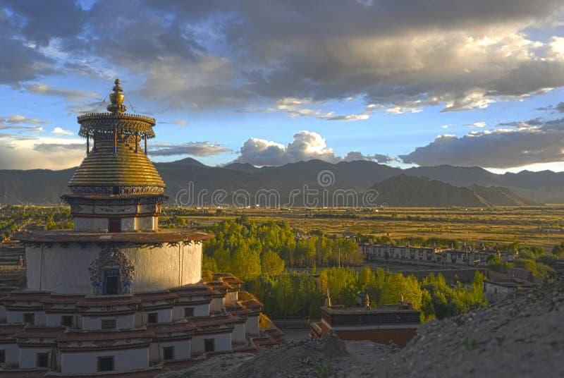 Monastério de Shigatse no sunsnet tibet imagem de stock