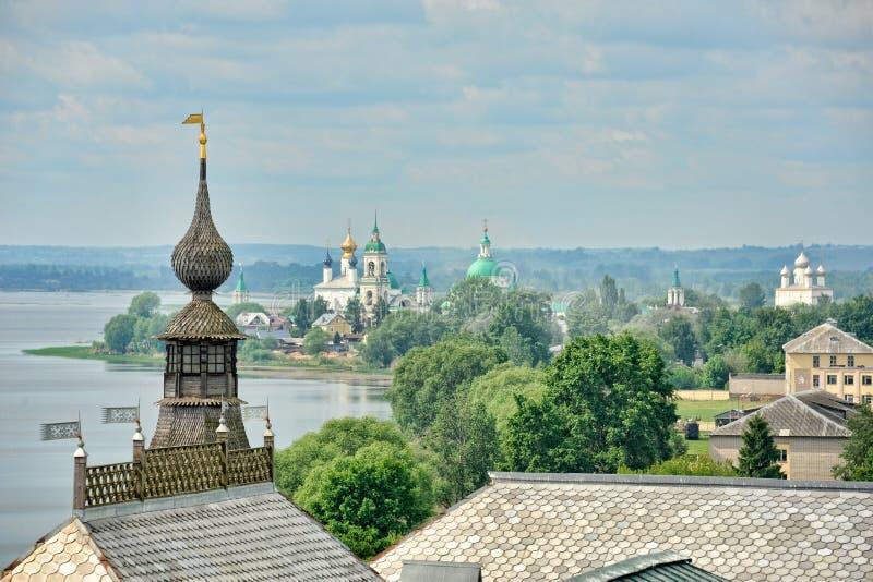 Monastério de Spaso-Yakovlevsky no lago Nero na manhã da mola imagem de stock