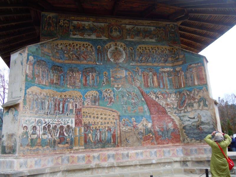 Monastério de Voronet, condado de Bucovina, Romênia, pintura de cena do dia do Juízo Final fotos de stock royalty free