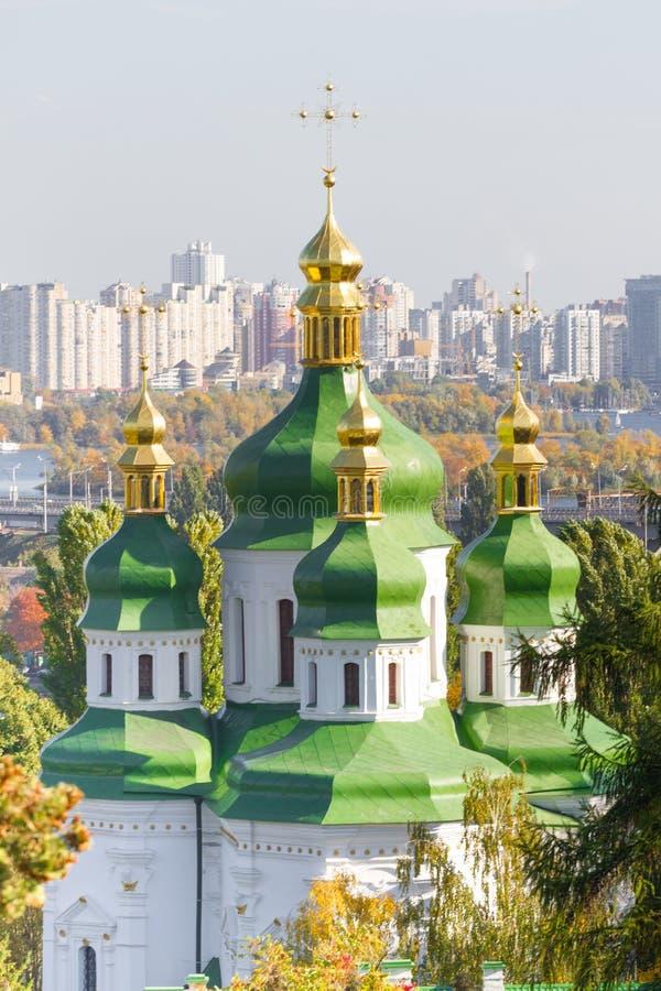 Monastério de Vydubychi situado com vista panorâmica em Kiev Vista panorâmica de Kiev, Ucrânia Jardim botânico fotos de stock royalty free