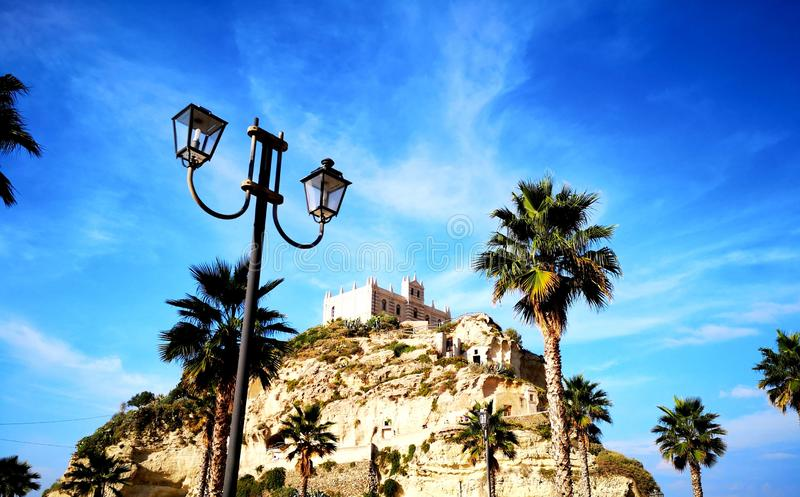 Monastério do beira-mar em um monte Tropea Calabria Itália fotos de stock royalty free