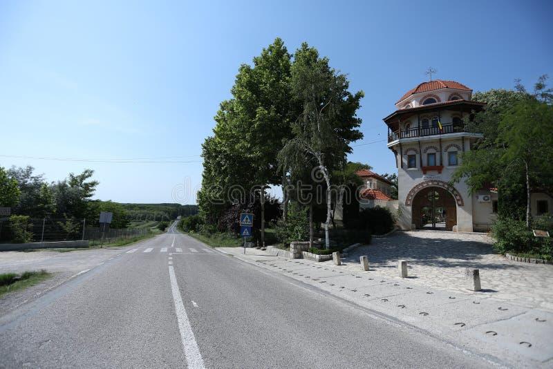 Monastério em Romênia, estrada nacional de Dervent na frente da entrada fotos de stock