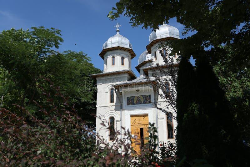 Monastério em Romênia, estrada nacional de Dervent na frente da entrada imagem de stock