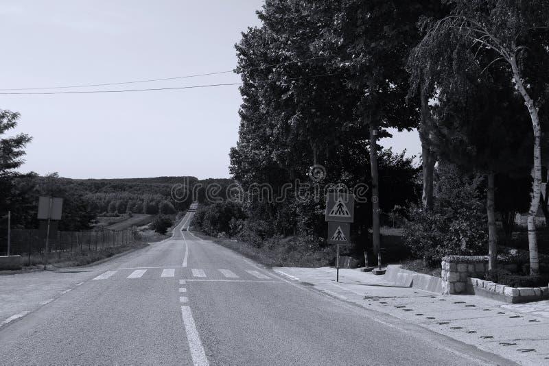 Monastério em Romênia, estrada nacional de Dervent na frente da entrada imagem de stock royalty free