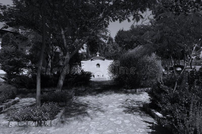 Monastério em Romênia, estrada nacional de Dervent na frente da entrada imagens de stock royalty free