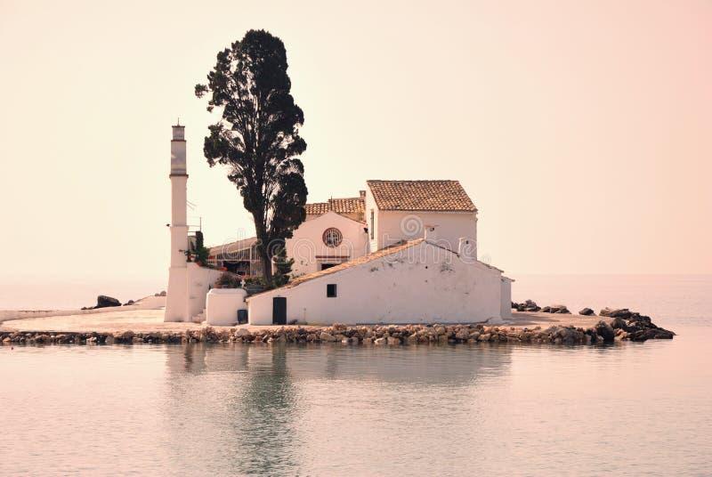 Monastério grego pequeno no mar foto de stock