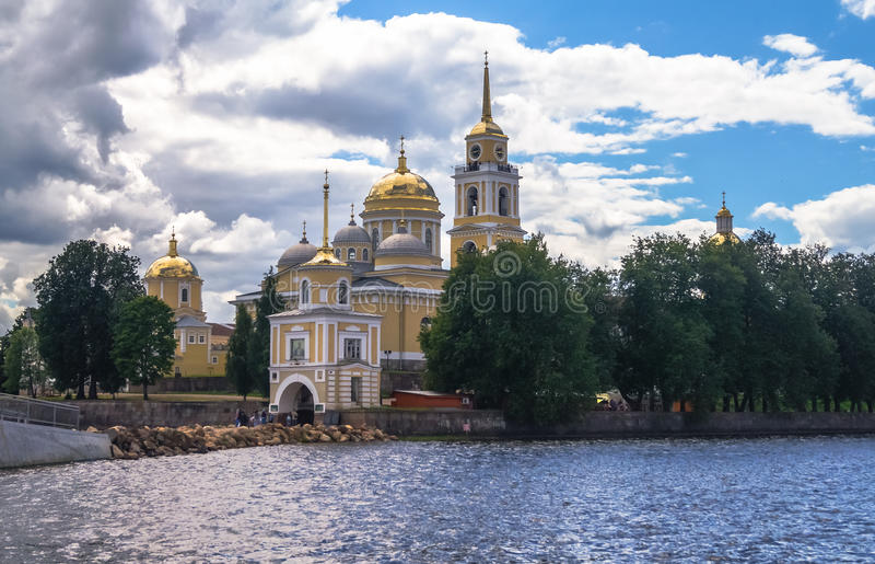 Monastério na ilha de Stolobny, região de Nilov de Tver Vista da península Svetlitsa foto de stock