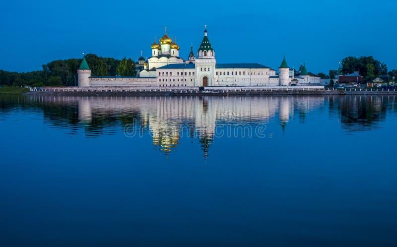 Monastério na noite, Kostroma de Ipatiev da trindade santamente, Rússia foto de stock royalty free