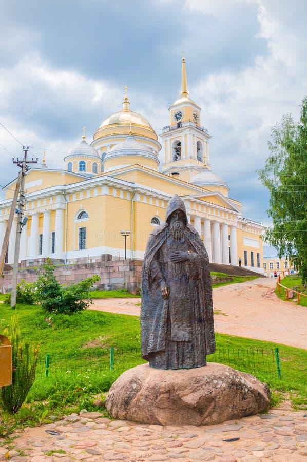 Monastério na região de Tver, Rússia de Nilo-Stolobensky Monumento ao Rev E imagens de stock